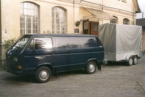 dunkelblauer VW-Bus mit Anhänger