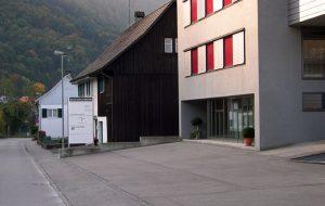 beiges Haus mit Fensterfront, Foto: Bestattung Ammann